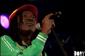 Vente des migrants en Libye : Alpha Blondy interpelle vivement l'union Africaine et à la CEDEAO