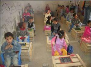 Au Maroc, des enfants étudient sur des caisses de bois