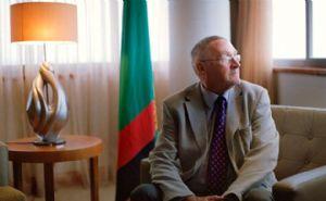 Zambie/Guy Scott : Peau noire et Président blanc qui surprend G. Bush
