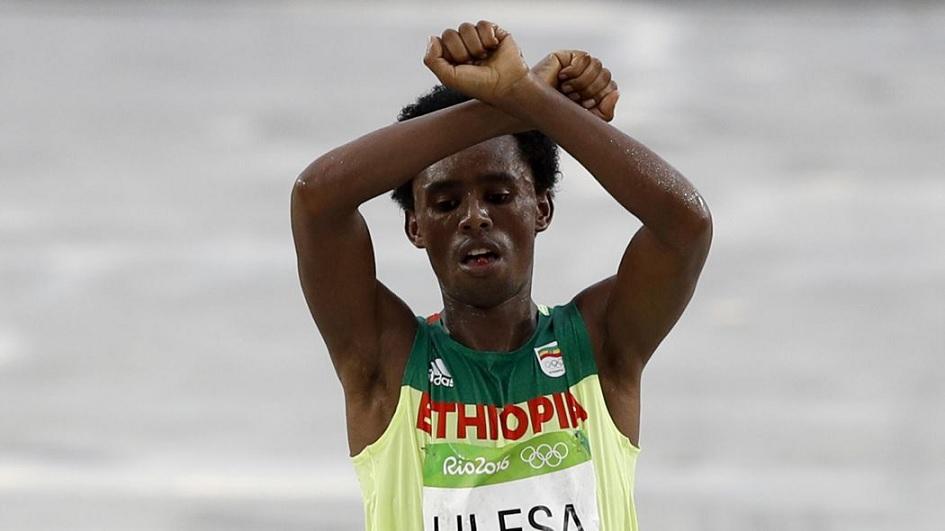 Protestation/Oromo: l'Ethiopie veut accueillir le marathonien Feyisa Lilesa en «héros»