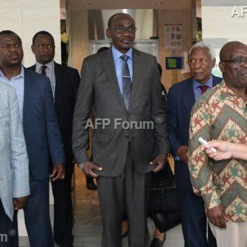 Proches et officiels assistent à une messe pour Mugabe à Singapour