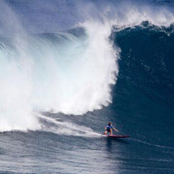 La Française Justine Dupont surfe une vague de plus de 20 mètres et établi un nouveau record mondial