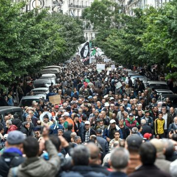 Algérie : des manifestants par milliers conspuent le président fraîchement élu