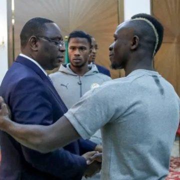 CAF Awards 2019 : Sadio Mané a présenté son trophée à Macky Sall à Londres