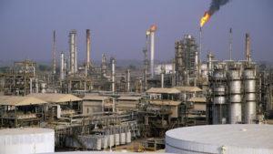 """Le Nigeria, premier producteur de pétrole en Afrique, a salué vendredi l'accord """"historique"""" de l'OPEP visant à réduire la production de brut et s'est engagé à diminuer sa production"""