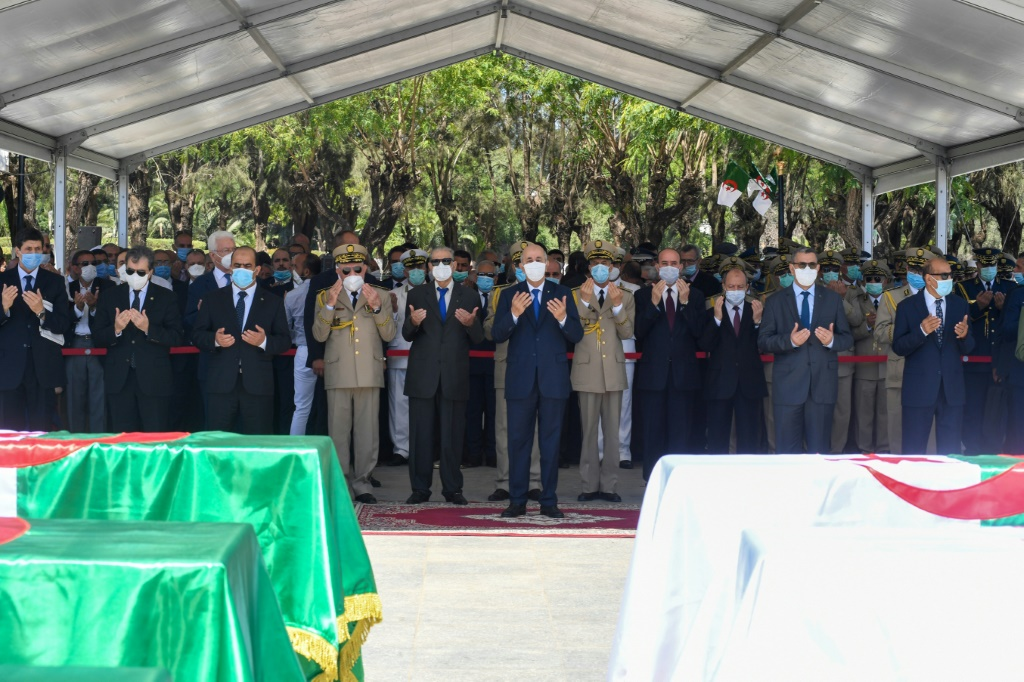 """L'Algérie a enterré dimanche, jour anniversaire de son indépendance, les restes de 24 combattants anticoloniaux remis par la France au carré des """"martyrs"""""""